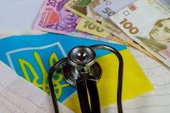 stethoscoop en cardiogram met de Oekraïense reeks van de hryvniavlag - de Oekraïne Royalty-vrije Stock Afbeelding