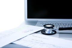 Stethoscoop en computer stock fotografie