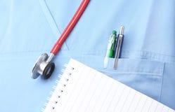 Stethoscoop en een blocnote met lijnen Stock Afbeeldingen