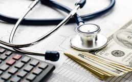 Stethoscoop en geldsymbool voor gezondheidszorgkosten of medische verzekering Stock Afbeelding