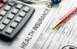 Stethoscoop en geldsymbool voor gezondheidszorgkosten of medische verzekering Stock Afbeeldingen