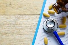 stethoscoop en gele pillen met document Royalty-vrije Stock Foto