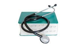 Stethoscoop en geneeskundeboek Stock Afbeelding