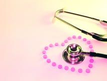Stethoscoop en hart van pillen Royalty-vrije Stock Afbeeldingen