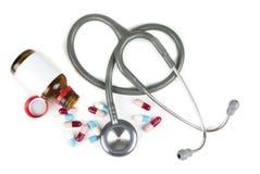 Stethoscoop en kleurrijke pillen Royalty-vrije Stock Foto