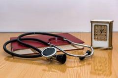 Stethoscoop en medische boeken die op een lijst liggen Stock Foto's