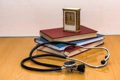 Stethoscoop en medische boeken die op een lijst liggen Royalty-vrije Stock Fotografie