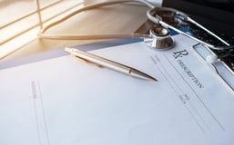 Stethoscoop en verslaginformatiedocument omslag met pen op Lapt Stock Fotografie