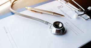 Stethoscoop en verslaginformatiedocument omslag met pen op Lapt Royalty-vrije Stock Foto's