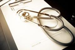 Stethoscoop en verslaginformatiedocument omslag op slim Laptop, Stock Foto