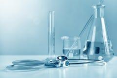 Stethoscoop en wetenschappelijk laboratorium experimenteel glaswerk stock afbeelding