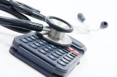 Stethoscoop met calculator Stock Afbeeldingen