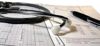 Stethoscoop met electrocardiogram stock foto