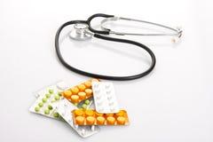 Stethoscoop met geneeskunde. royalty-vrije stock foto's