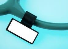 Stethoscoop met identiteitskaart-markering op blauw Royalty-vrije Stock Afbeeldingen