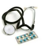 Stethoscoop met pillen in verpakking Stock Afbeelding