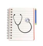 Stethoscoop met potlood op notitieboekje op witte achtergrond Royalty-vrije Stock Foto's