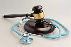 Stethoscoop met rechtershamer op grijs Stock Afbeelding