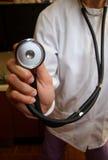 Stethoscoop op arts in witte laboratoriumlaag Stock Afbeelding