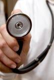 Stethoscoop op arts in witte laboratoriumlaag Stock Foto