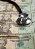 Stethoscoop op een achtergrond van $20 rekeningen Stock Afbeeldingen