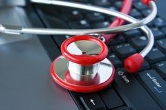 Stethoscoop op een computertoetsenbord Stock Afbeeldingen