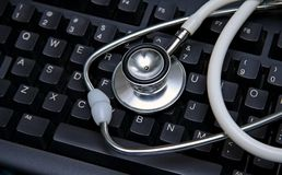 Stethoscoop op een computertoetsenbord Stock Fotografie
