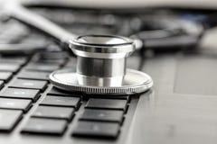 Stethoscoop op een laptop toetsenbord Royalty-vrije Stock Foto's
