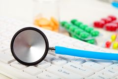 Stethoscoop op het toetsenbord Stock Afbeelding