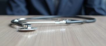 Stethoscoop op houten lijst stock foto's