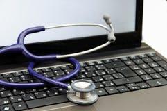 Stethoscoop op laptop Royalty-vrije Stock Foto's