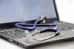 Stethoscoop op laptop Stock Afbeelding