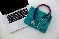 Stethoscoop op laptop toetsenbord Concepten 3D beeld Royalty-vrije Stock Afbeelding