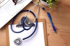 Stethoscoop op laptop toetsenbord Concepten 3D beeld Royalty-vrije Stock Foto