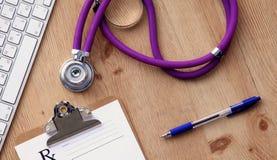 Stethoscoop op laptop toetsenbord Concepten 3D beeld Stock Foto