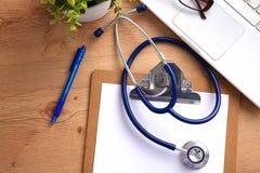 Stethoscoop op laptop toetsenbord Concepten 3D beeld Stock Fotografie