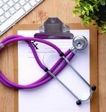 Stethoscoop op laptop toetsenbord Concepten 3D beeld Stock Afbeeldingen