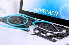 stethoscoop op laptop toetsenbord met het scherm die Alzheimer tonen Royalty-vrije Stock Foto