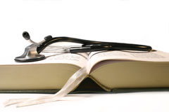 Stethoscoop op medisch boek Stock Afbeeldingen