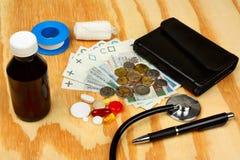 Stethoscoop op poetsmiddelgeld - medisch concept royalty-vrije stock foto