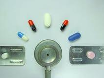 Stethoscoop op wit, rapport Stock Foto