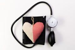 Stethoscoop op witte whit als achtergrond een katoenen hart op bovenkant Hij stock foto's