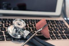 Stethoscoop reflexhamer op toetsenbordcountertop klaar voor gebruik en invoer van gegevens royalty-vrije stock afbeeldingen