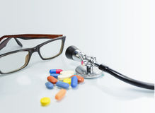 Stethoscoop, schouwspel op Geïsoleerd wit - Concesept van Gezondheid en Royalty-vrije Stock Afbeelding