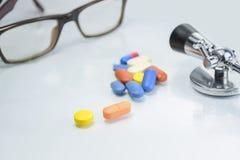 Stethoscoop, schouwspel op Geïsoleerd wit - Concesept van Gezondheid en Royalty-vrije Stock Fotografie
