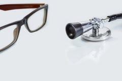 Stethoscoop, schouwspel op Geïsoleerd wit - Concesept van Gezondheid en Stock Fotografie