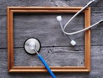 Stethoscoop voor arts en houten kader Stock Afbeelding
