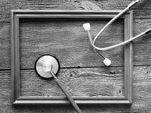 Stethoscoop voor arts en houten kader Stock Foto's