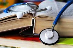 Stethoscoop voor arts en medische pleegmensen in het ziekenhuis, het helen van patiënten Oud boek Stock Fotografie