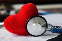 Stethoscoop voor arts en rood hart Stock Afbeelding